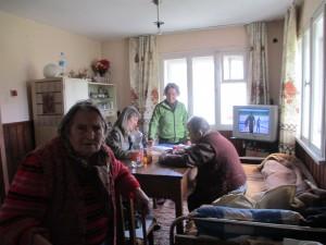 Проверка на потребителски дневник от социалният работник на място в дома на потребителя